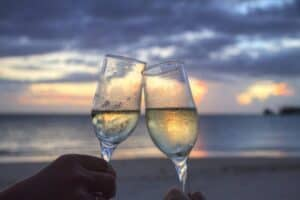 beach-champagne-clink-glasses-2145-825x550