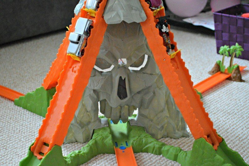 Hot Wheels Track Builder Volcano Blast - Rock face stunt