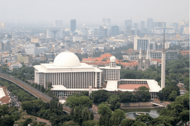 the-istiqlal-mosque-and-the-catholic-cathedral